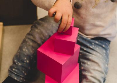 Różowa wieża - sensoryka | Klub dziecięcy Montinimini